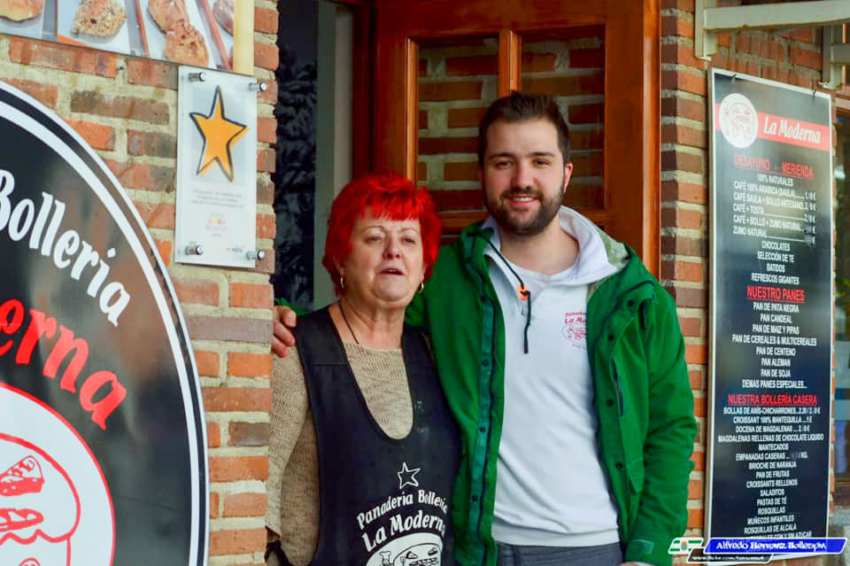 Toñin y su madre-Despacho principal-Panadería La Moderna